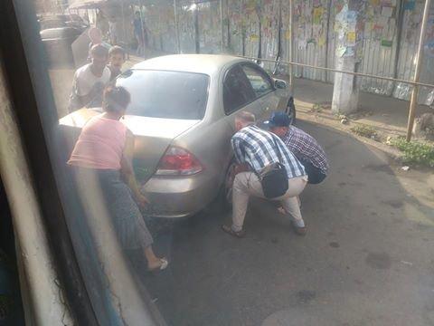 Пассажиры одесского трамвая отволочили машину с рельсов (ФОТО), фото-1