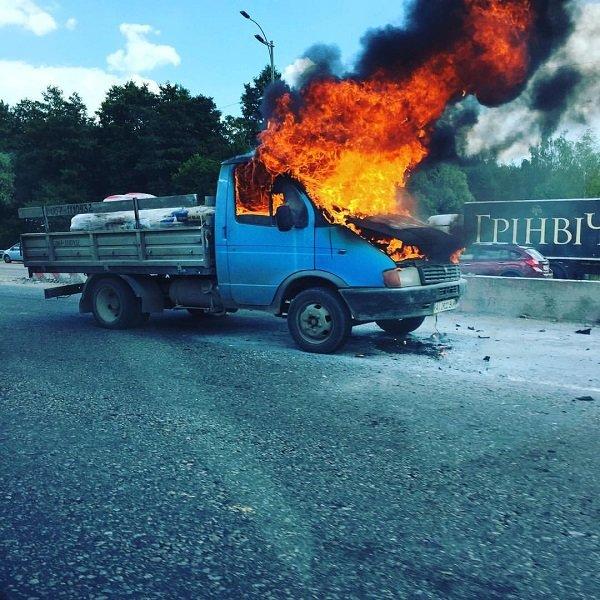 ФОТО: На Одеській трасі на ходу загорілось авто, фото-1