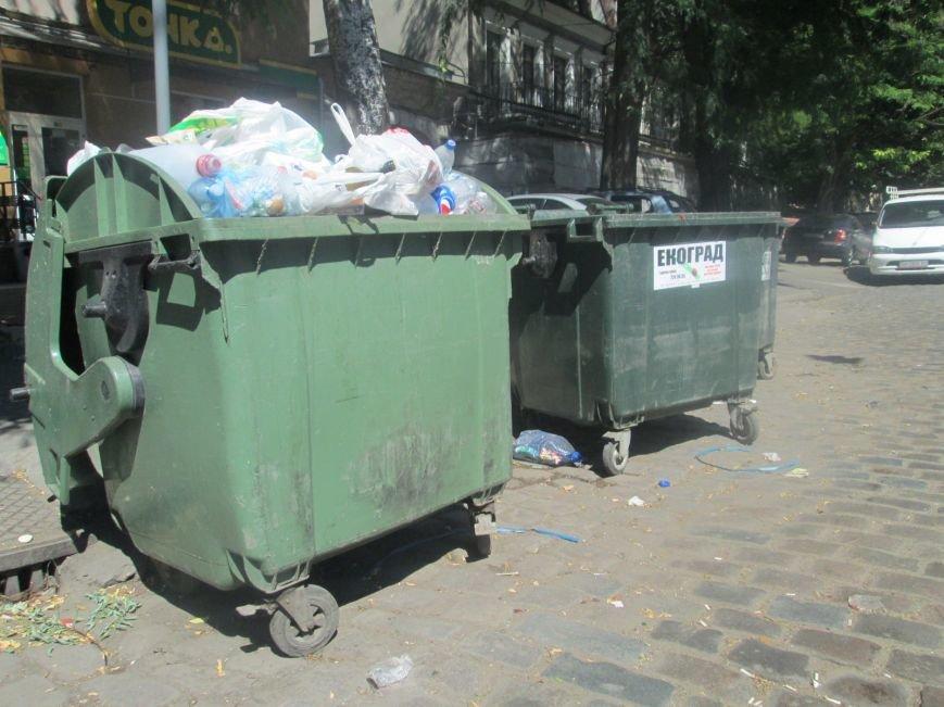 В центре Одессы работники магазина устроили мусорную свалку (ФОТО), фото-1