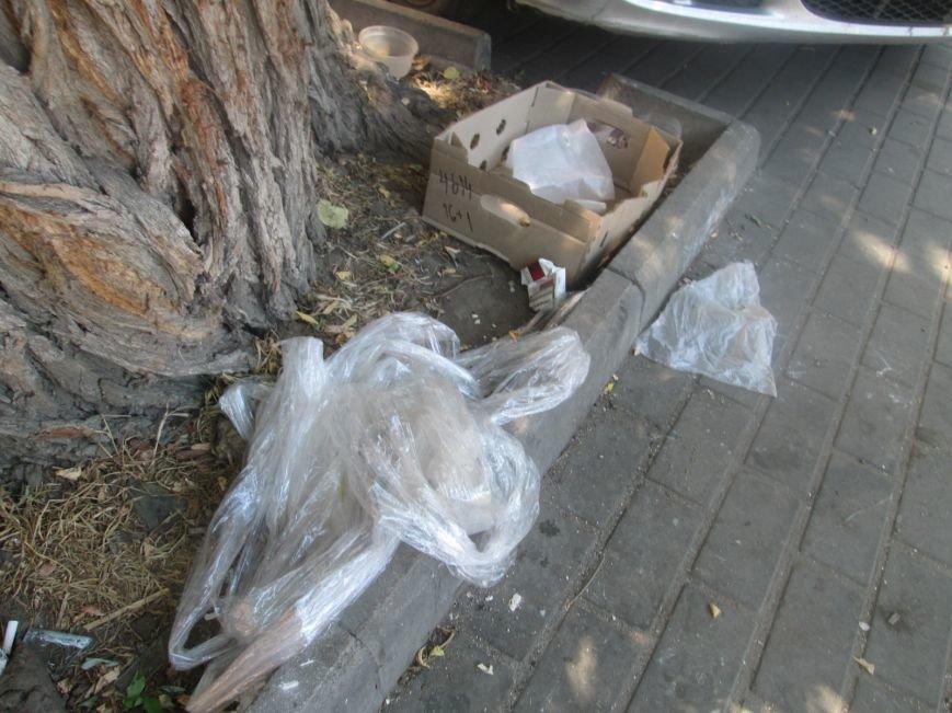 В центре Одессы работники магазина устроили мусорную свалку (ФОТО), фото-4