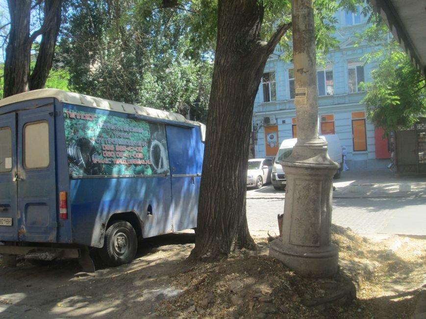 В центре Одессы вот-вот рухнет столб на головы прохожим (ФОТО), фото-5
