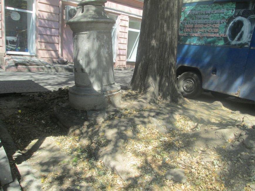 В центре Одессы вот-вот рухнет столб на головы прохожим (ФОТО), фото-3