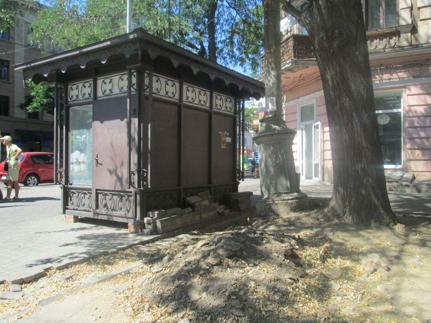 В центре Одессы вот-вот рухнет столб на головы прохожим (ФОТО), фото-1