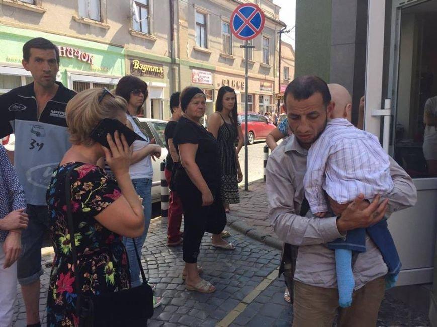 У Мукачеві чоловік використовував для милостині чужу хвору дитину: фото, фото-2
