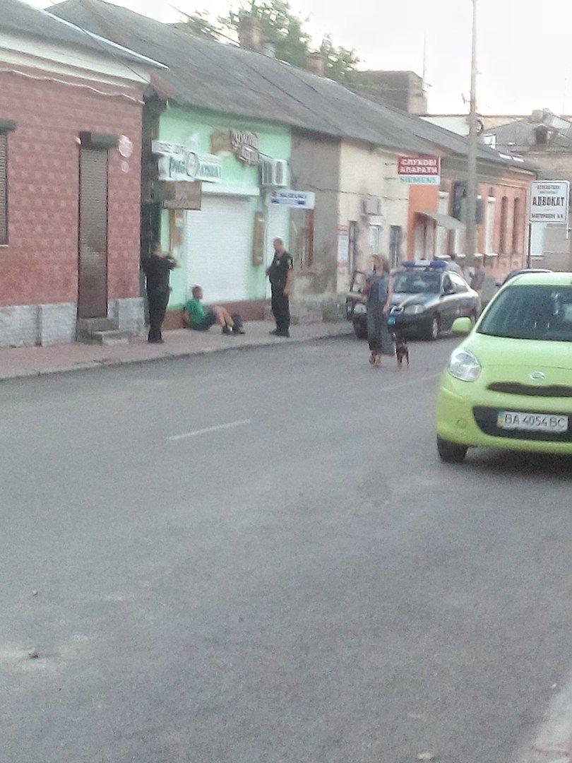 В Кропивницком случайный прохожий задержал мужчину, который отобрал у женщины сумку (ФОТО), фото-1