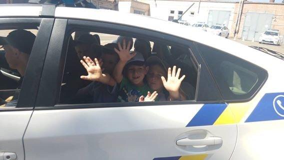 Профессиональный праздник патрульные полицейские Кривого Рога отметили в компании детей (ФОТО), фото-10