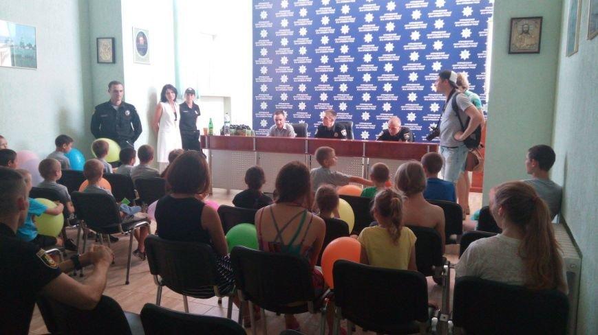 Профессиональный праздник патрульные полицейские Кривого Рога отметили в компании детей (ФОТО), фото-6