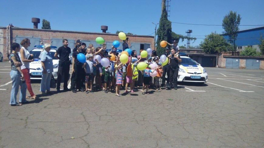 Профессиональный праздник патрульные полицейские Кривого Рога отметили в компании детей (ФОТО), фото-9