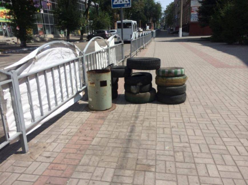 В Мариуполе под стенами областной прокуратуры больше не видно  пикетчиков и палаток (Фотофакт), фото-2