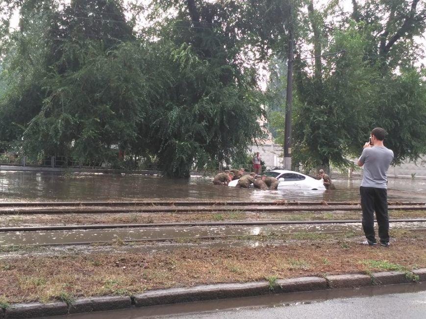 Утонувшую посреди дороги машину достают одесские курсанты (ФОТО), фото-2