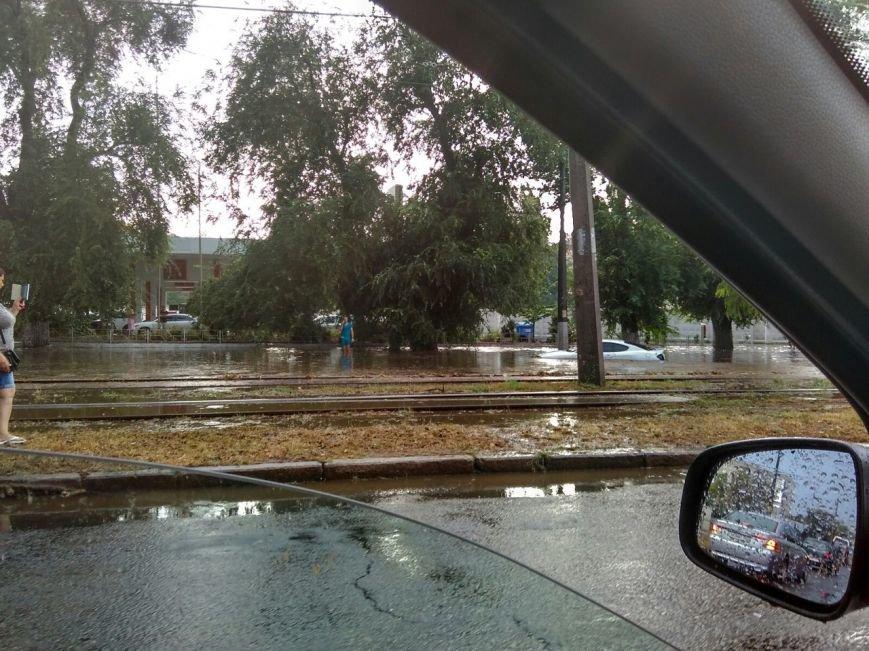 Утонувшую посреди дороги машину достают одесские курсанты (ФОТО), фото-1