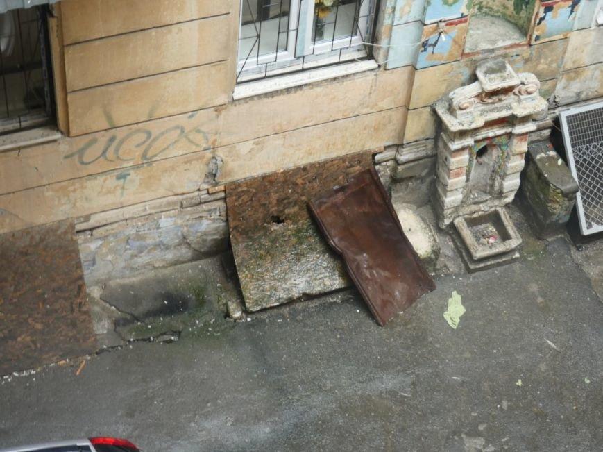 В центре Одессы жестяной лист упал с крыши и разбил машину (ФОТО), фото-2