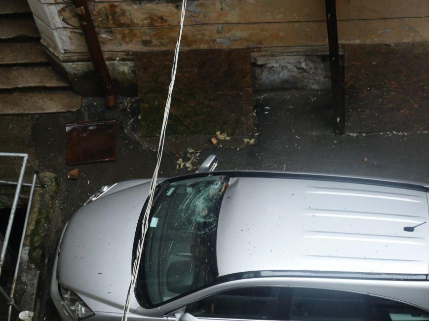 В центре Одессы жестяной лист упал с крыши и разбил машину (ФОТО), фото-3