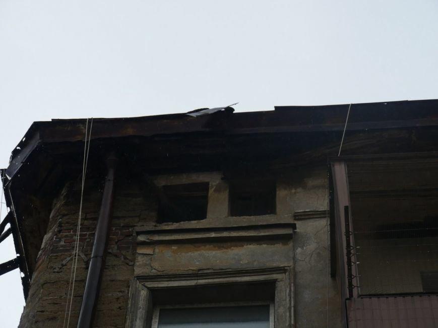 В центре Одессы жестяной лист упал с крыши и разбил машину (ФОТО), фото-1