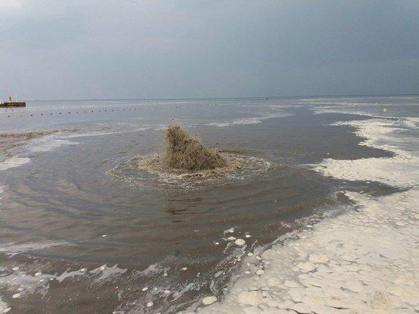 """Около одесской """"Ибицы"""" канализация поднялась фонтаном прямо в море (ФОТО, ВИДЕО), фото-2"""