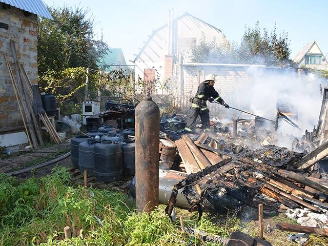 В Заводском районе сгорела хозпостройка (ФОТО, ВИДЕО), фото-1