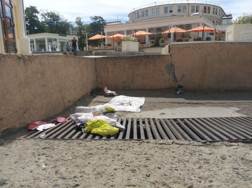 Супермаркет в центре Одессы превратил площадь в помойную яму (ФОТО), фото-12