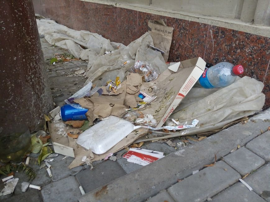 Супермаркет в центре Одессы превратил площадь в помойную яму (ФОТО), фото-7