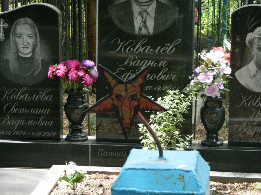 В Черноморске вандалы разрисовали могильные плиты (фото), фото-1
