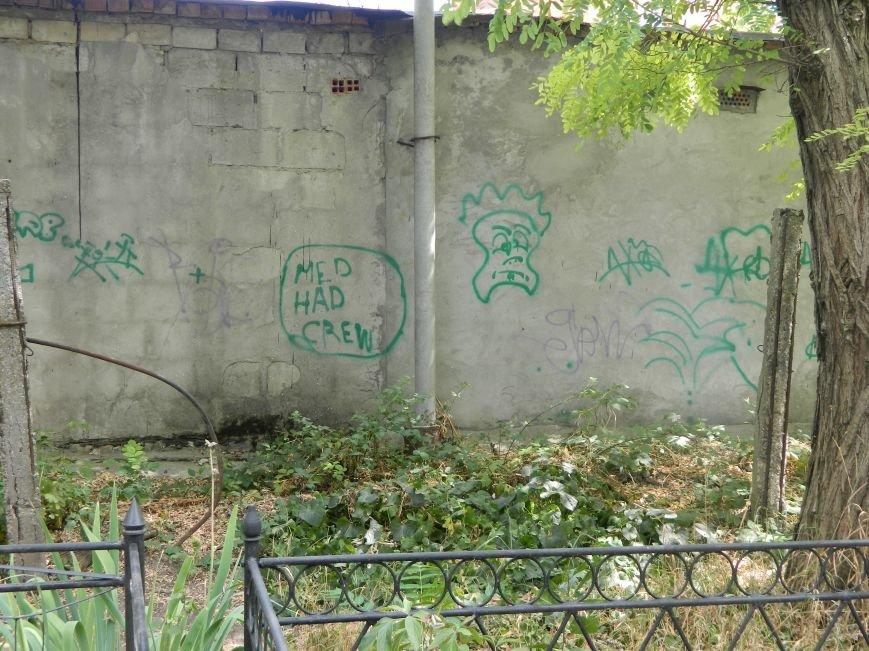 В Черноморске вандалы разрисовали могильные плиты (фото), фото-2
