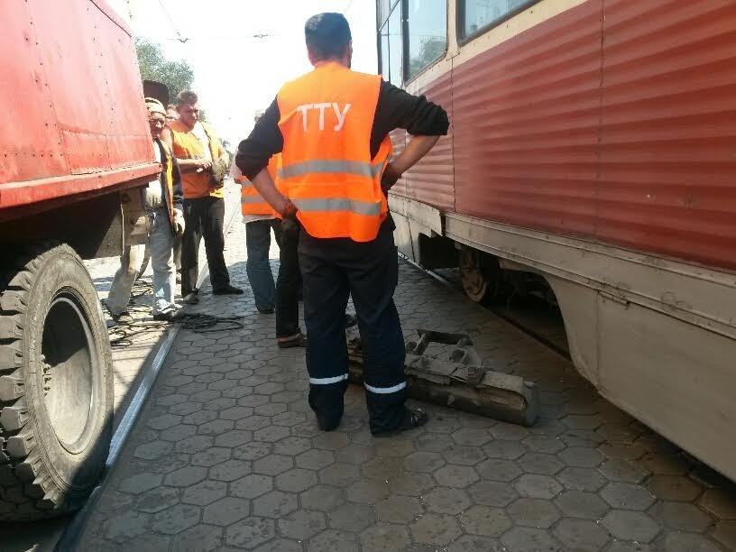 В Мариуполе сломанный башмак остановил движение трамваев (ФОТО), фото-3