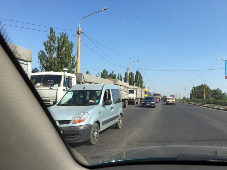В Николаеве большегрузы паркуются в два ряда (ФОТО), фото-2