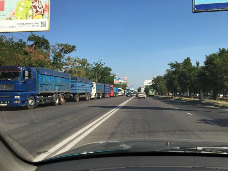 В Николаеве большегрузы паркуются в два ряда (ФОТО), фото-1