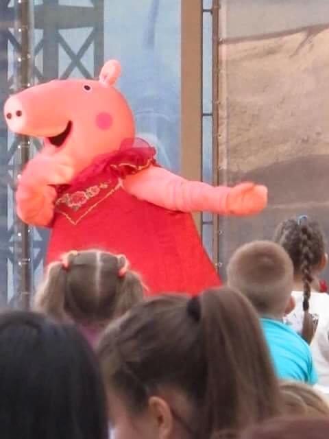 С днем рождения свинку Пеппу поздравляли вчера малыши Бердянска, фото-1