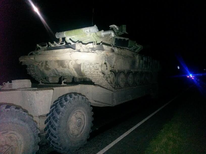 Под Мариуполем автомобиль врезался в тягач с военной техникой. Погибла женщина и ребенок (ФОТО, 18+, ДОПОЛНЕНО, ВИДЕО), фото-1
