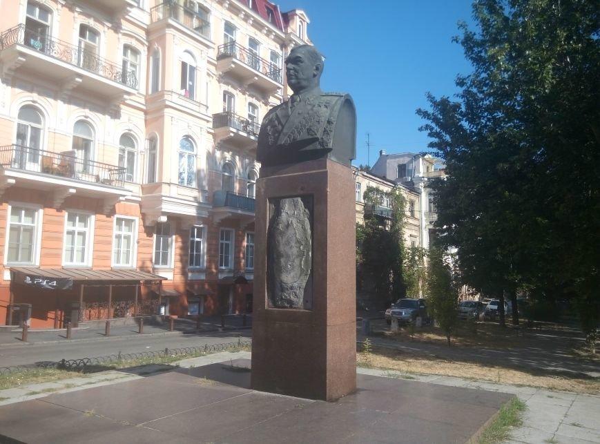 В центре Одессы вандалы поломали памятник Малиновскому (ФОТО), фото-2