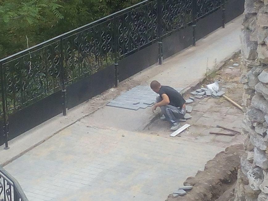 Уголок старой Одессы укладывают новой плиткой (ФОТО), фото-8