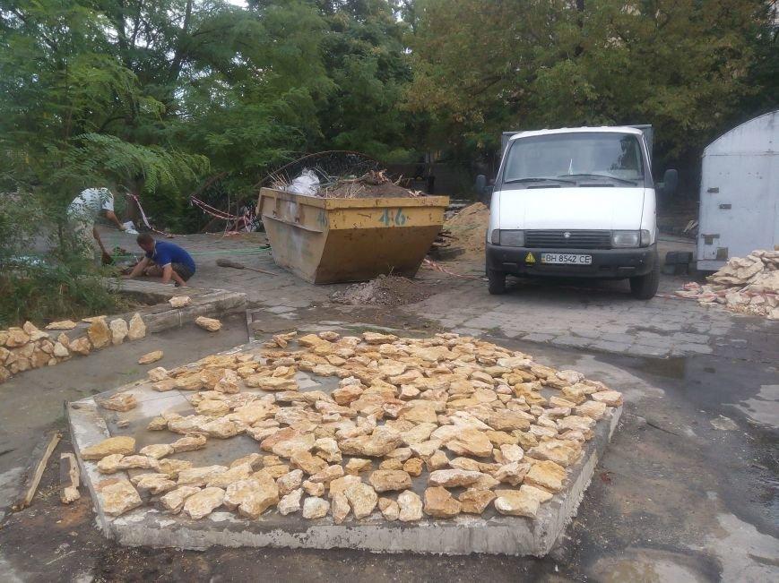 Уголок старой Одессы укладывают новой плиткой (ФОТО), фото-2