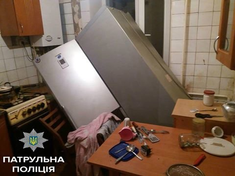 В Кропивницком молодой мужчина крушил квартиру и выбрасывал вещи с четвертого этажа (ФОТО), фото-2