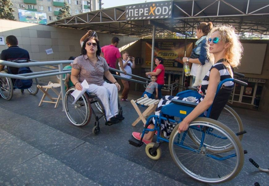 В Мариуполе люди на инвалидных колясках перегородили пешеходный переход (ФОТО), фото-2