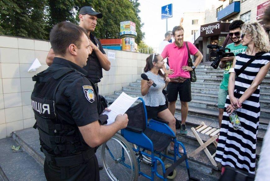 В Мариуполе люди на инвалидных колясках перегородили пешеходный переход (ФОТО), фото-6