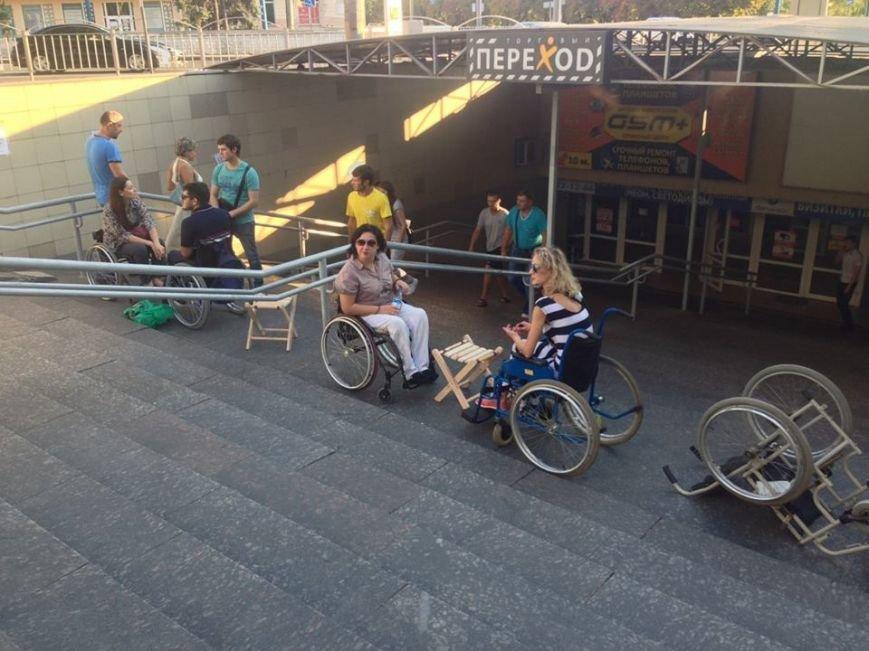 В Мариуполе люди на инвалидных колясках перегородили пешеходный переход (ФОТО), фото-4