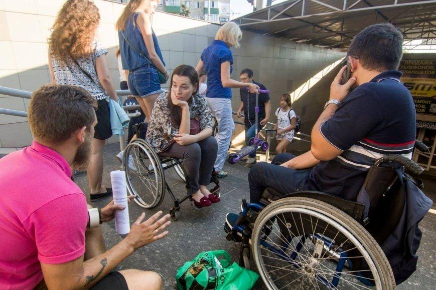 В Мариуполе люди на инвалидных колясках перегородили пешеходный переход (ФОТО), фото-3