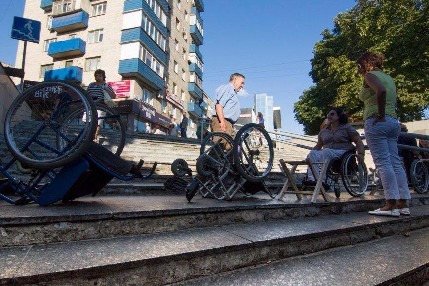 В Мариуполе люди на инвалидных колясках перегородили пешеходный переход (ФОТО), фото-5
