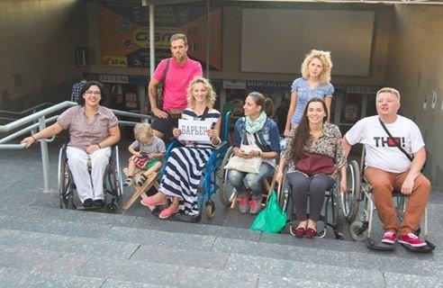 В Мариуполе люди на инвалидных колясках перегородили пешеходный переход (ФОТО), фото-1