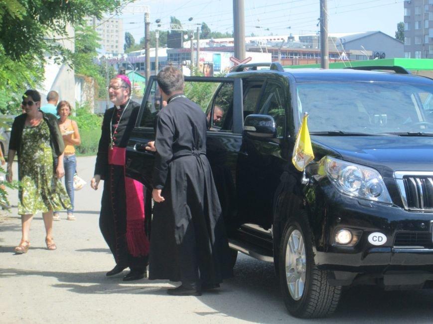 Высокий дипломат из Ватикана кормил из рук бездомных (ФОТО, ВИДЕО), фото-16