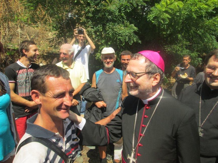 Высокий дипломат из Ватикана кормил из рук бездомных (ФОТО, ВИДЕО), фото-22
