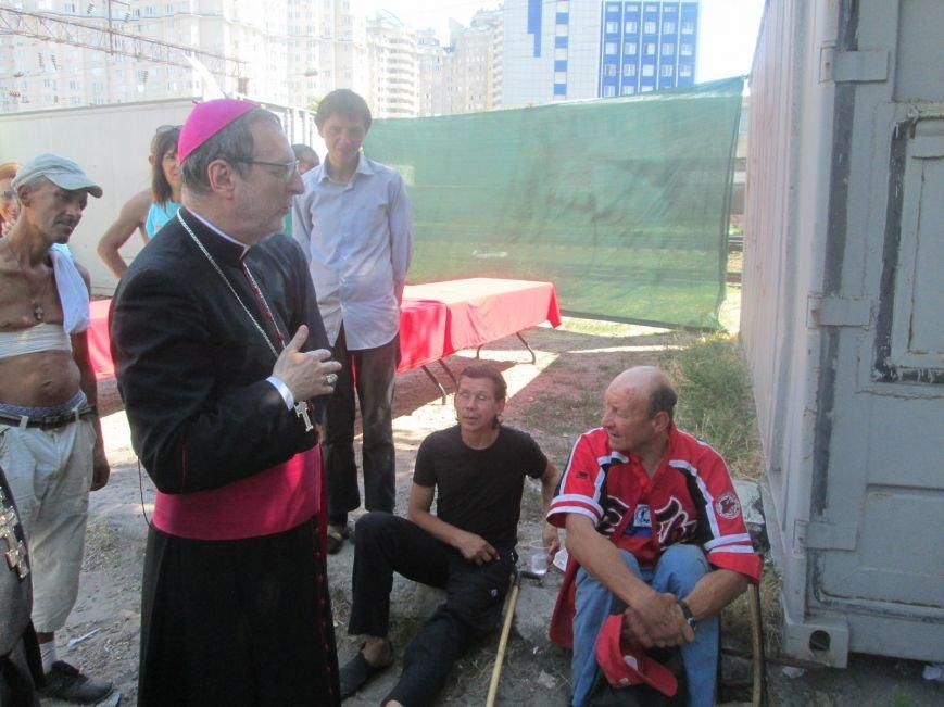 Высокий дипломат из Ватикана кормил из рук бездомных (ФОТО, ВИДЕО), фото-27