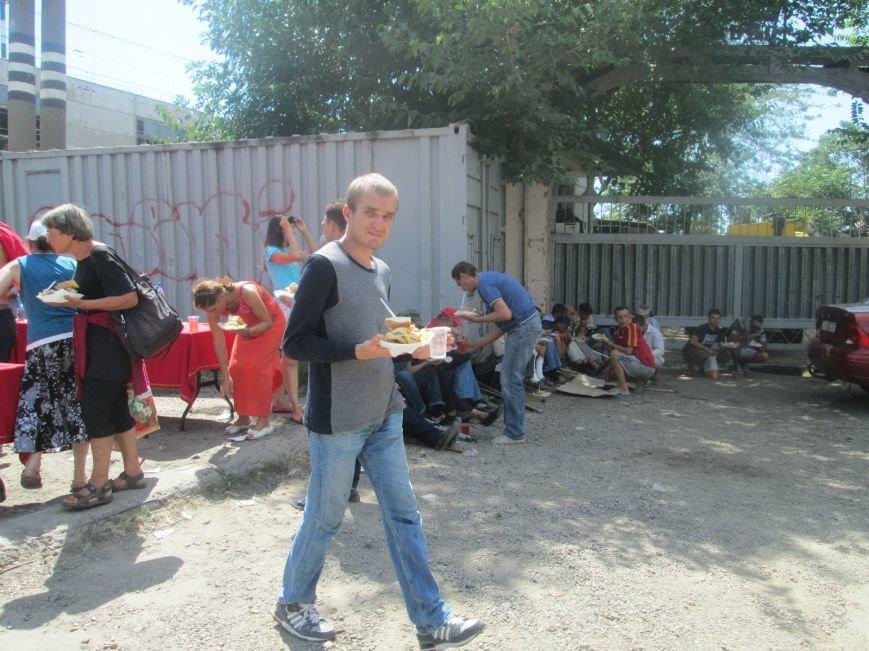 Высокий дипломат из Ватикана кормил из рук бездомных (ФОТО, ВИДЕО), фото-13