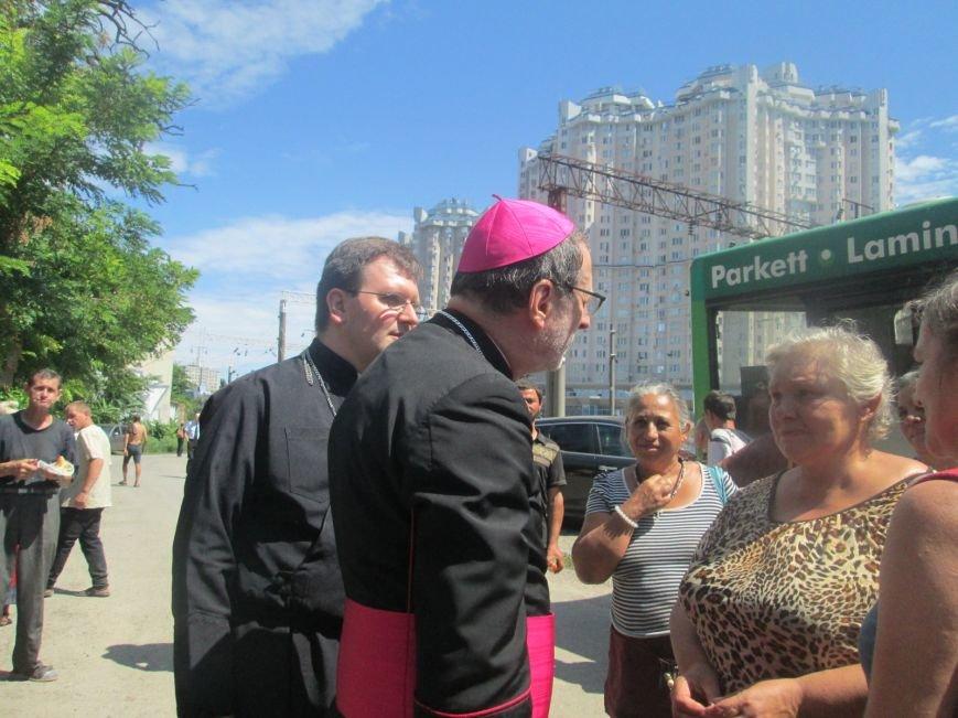 Высокий дипломат из Ватикана кормил из рук бездомных (ФОТО, ВИДЕО), фото-25