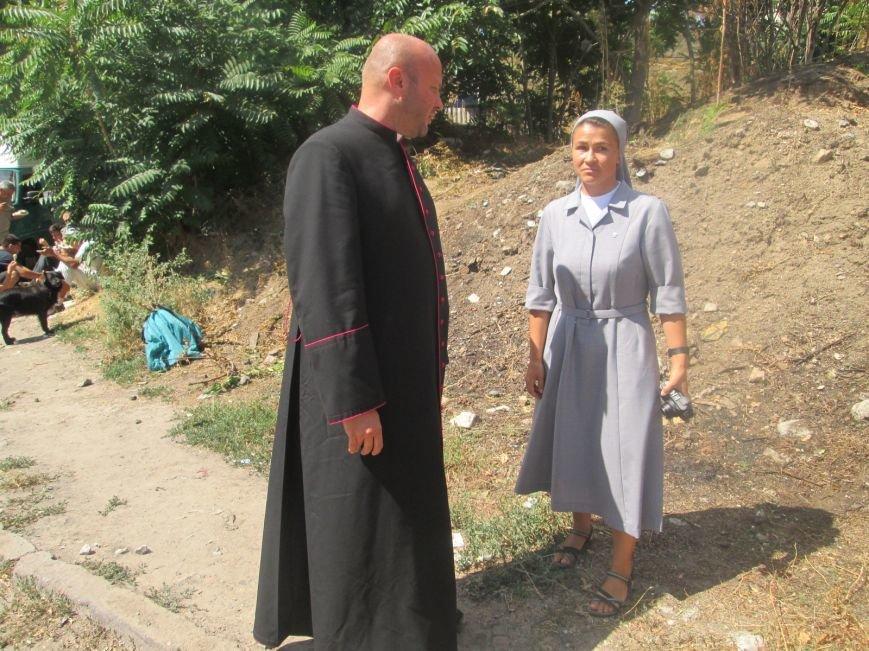 Высокий дипломат из Ватикана кормил из рук бездомных (ФОТО, ВИДЕО), фото-14