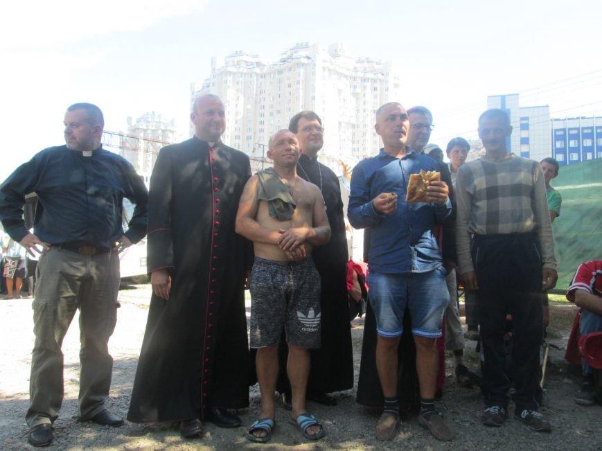 Высокий дипломат из Ватикана кормил из рук бездомных (ФОТО, ВИДЕО), фото-28