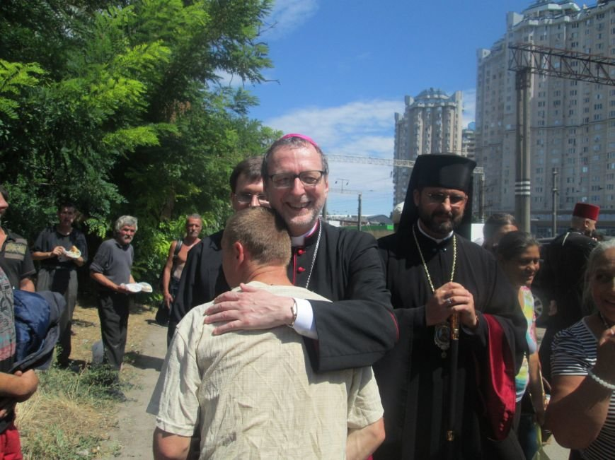 Высокий дипломат из Ватикана кормил из рук бездомных (ФОТО, ВИДЕО), фото-24