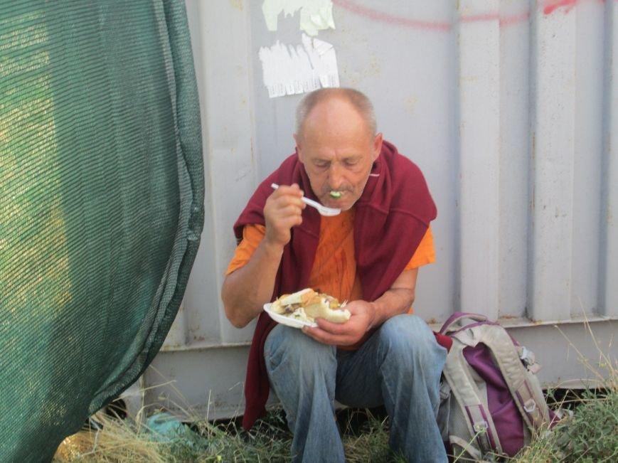 Высокий дипломат из Ватикана кормил из рук бездомных (ФОТО, ВИДЕО), фото-11