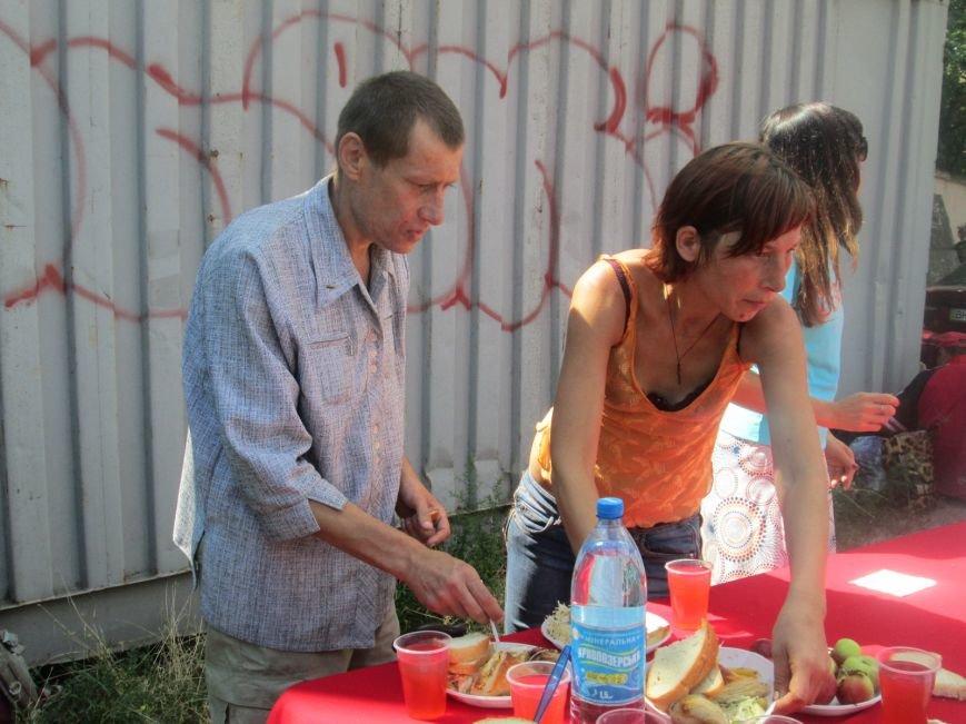 Высокий дипломат из Ватикана кормил из рук бездомных (ФОТО, ВИДЕО), фото-10