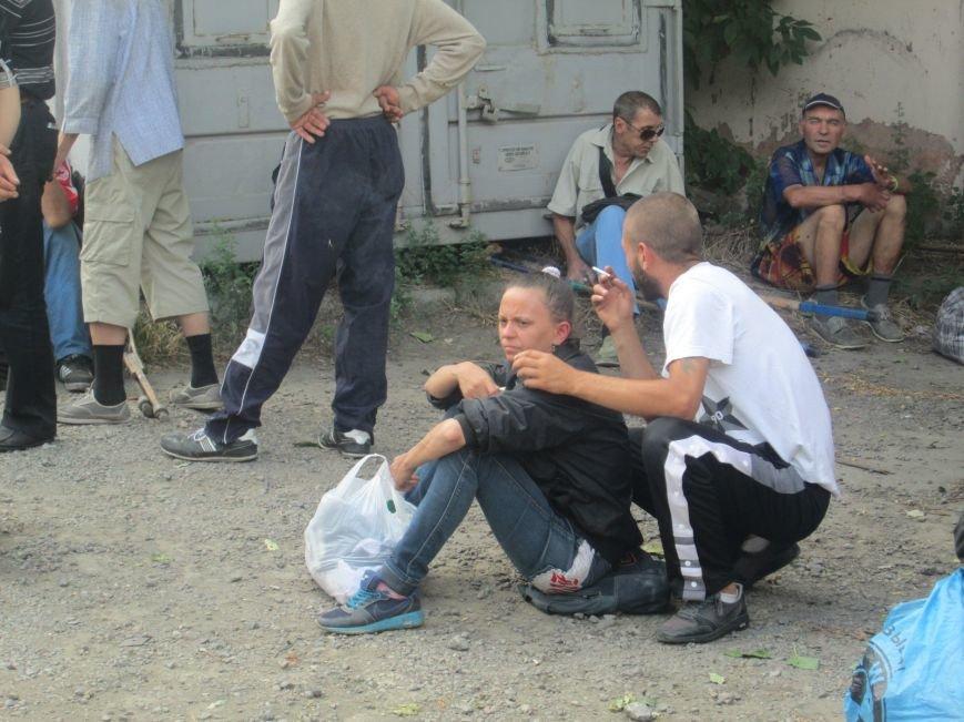 Высокий дипломат из Ватикана кормил из рук бездомных (ФОТО, ВИДЕО), фото-4